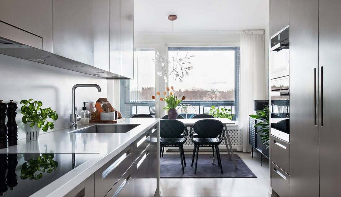 virtuve studio tipa dzīvoklim